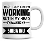 Me Podría Look Like I  m pero en mi cabeza de trabajo I  m Walking My Shiba Inu taza de café